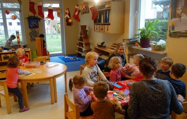 Die Kinder basteln für Weihnachten