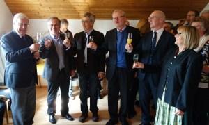 Anstoßen auf das 20-jährige Wirken von Prälat Wolfgang Schwab mit Matthias Ruhdorfer, Winfried Wobbe, Thomas Pentenrieder, Ingo Mehlich und Maria Reitinger