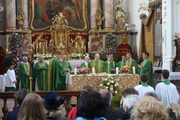 Die Geistlichkeit des Dekanats feiert den Wallfahrtsgottesdienst in der Schäftlarner Barockkirche