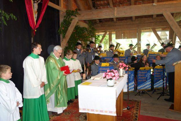 1)Die Blaskapelle Wangen-Neufahrn begleitet ihren Jubiläumsgottesdienst, den Prälat Wolfgang Schwab zelebriert.