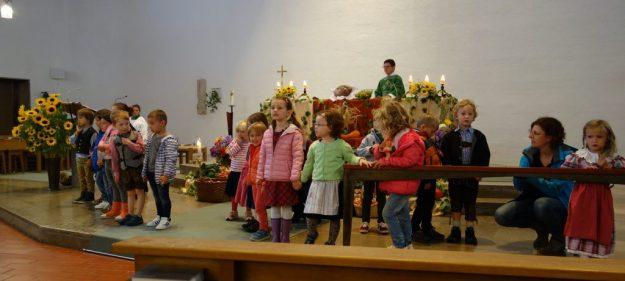 Kinder des Christophorus-Kindergartens sammeln sich zum Danklied