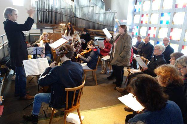 Nils Schad dirigiert den Perchaer Kirchenchor mit Solisten und Orchester