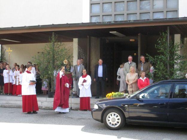 Pfarrer Piotr Wandachowicz bei der Fahrzeugweihe vor der Perchaer Christophorus-Kirche
