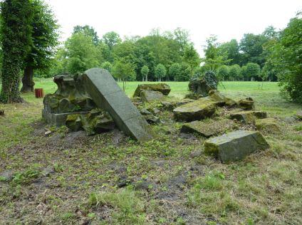 Zerstörter Sarkophag im Schlosspark Brody