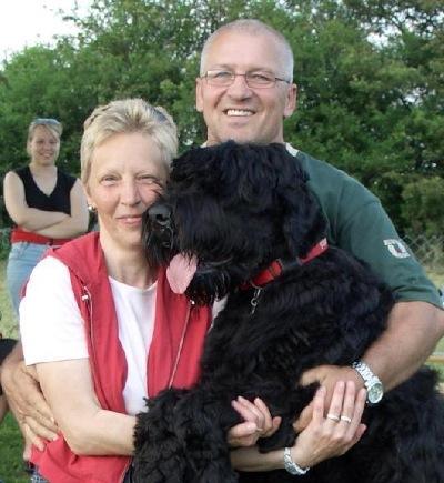 Christel & Andreas Pfotenhauer mit dem Familienhund Olga im Hintergrund die Tochter Tina.