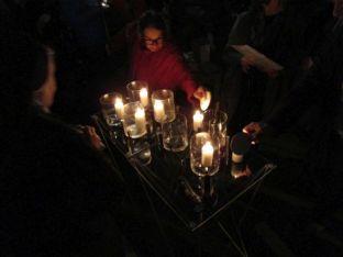 Entzündung der Kerzen der TeilnehmerInnen