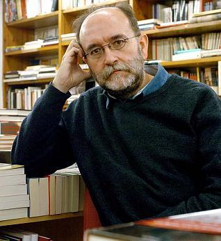 PAM02. Pamplona, 02/11/04.- El profesor de Ciencia PolÌtica de la Universidad AutÛnoma de Madrid Carlos Taibo presentÛ hoy en Pamplona su libro