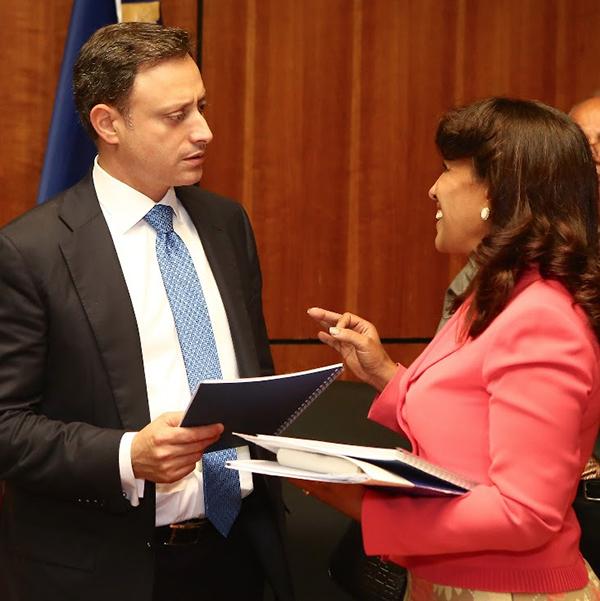 El Procurador conversa con Gladys Sánchez, directora de la Escuela Nacional del Ministerio Público, en el marco de reuniones de equipo referentes a las transformaciones en proceso.