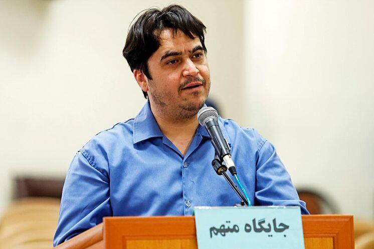El activista iraní Ruholá Zam, durante el juicio en Teherán.
