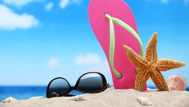 plage de sable avec lunettes de soleil tong et etoile de mer
