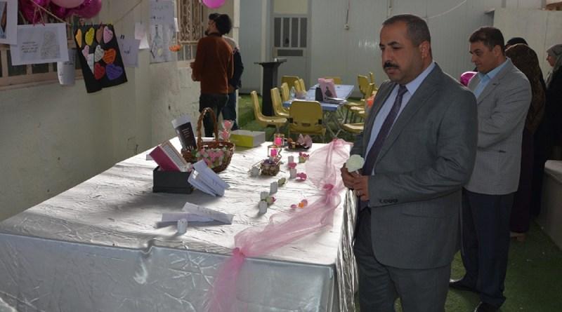 مجموعة من طلبة كلية الصيدلة يقومون بأحتفالية بمناسبة مولد  فاطمة الزهراء (عليها السلام)