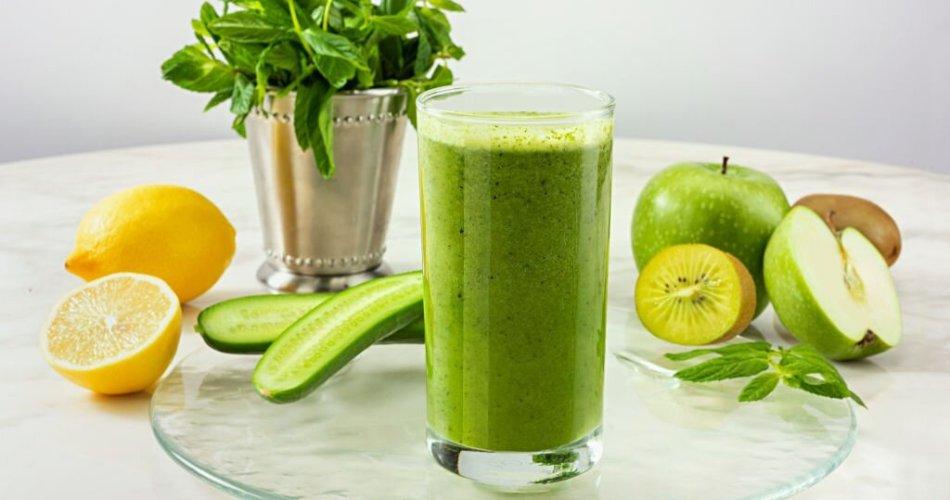 Green detox juice with green apple, kiwi, cucumber, mint and lemon