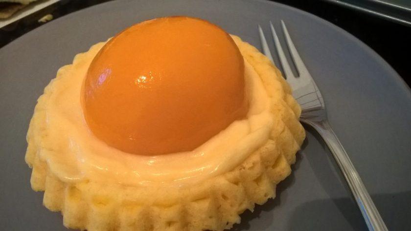 Ein kleines Tartelette ist so belegt worden, dass es aussieht als sei es ein Spiegel-Ei. Wenn man auf das Bild klickt gelangt man zum eiweißarmen Rezept für Menschen mit PKU.