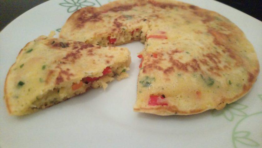 Man sieht ein aufgeschnittenes Gemüse-Omelette. Wenn man auf das Bild klickt gelangt man zum eiweißarmen Rezept für Menschen mit PKU.