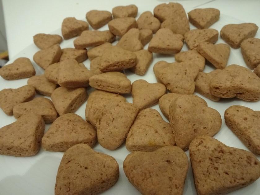Ein Teller voller kleiner Kekse in Herzform. Es sind Schokoladenplätzchen. Wenn man auf das Bild klickt gelangt man zum eiweißarmen Rezept für Menschen mit PKU.