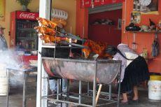 Cuy, grillierte Meerschweinchen, gibt es an jeder Strassenecke. Ganze Schweine am Spiess ebenso.