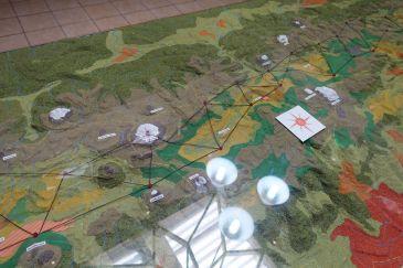 Modell des Vermessungsnetzes, mit welchem unter anderem der Verlauf des Äquators eruiert wurde. Illustrativ ist auch die Allee der Vulkane.