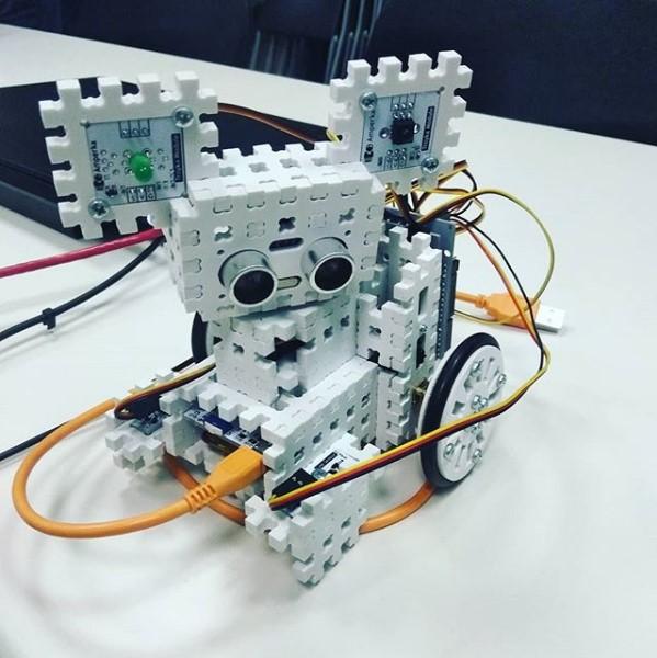 Робот «Няша» учит детей из детских домов программированию