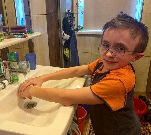 «Хрустальный» мальчик из Петербурга советует, как пережить карантин, и мечтает о миллионе подписчиков в своем видеоблоге