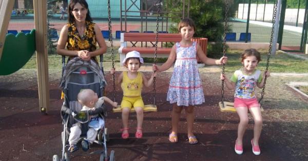 Александра Яковлева и её дети