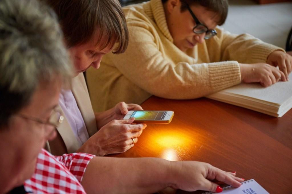 «Сделать удобным мир, где мы все вместе живем»: почему людям с нарушениями зрения нужны смартфоны