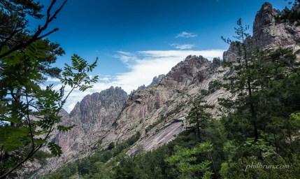 Paysage de montagne Corse en arrivant à Carozzu