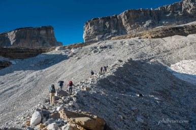 Après le refuge des Sarradets, la montée se fait le long du glacier de la brèche.
