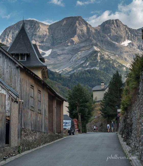 Gavarnie une rue avec de belles montagnes
