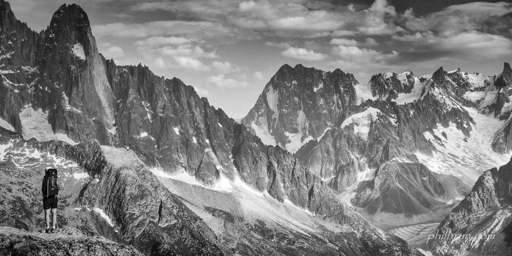 Un randonneur regarde les montagnes