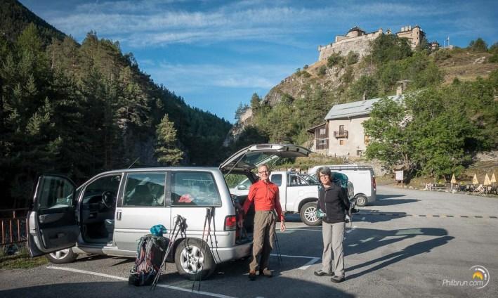 Nous bouclons les sacs sur le petit parking de Château Queyras