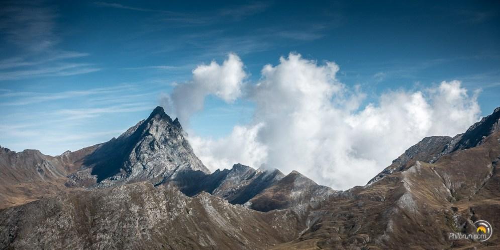 Cette montagne ne se laissera pas facilement photographier. En effet, les nuages s'accrochent fermement à ce très beau sommet !