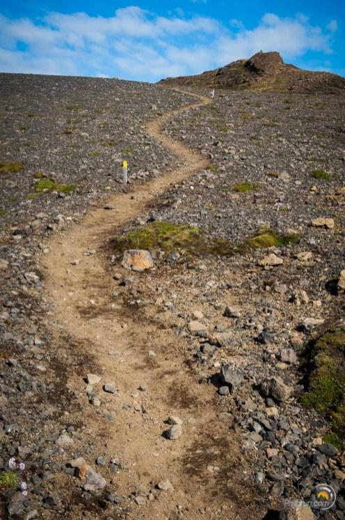 Sentier balisé pour monter au Laki
