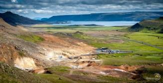 Panorama depuis le sommet de la colline qui surplombe le site géothermique de Krýsuvík Seltun avec le lac de Kleifarvatn en arrière plan