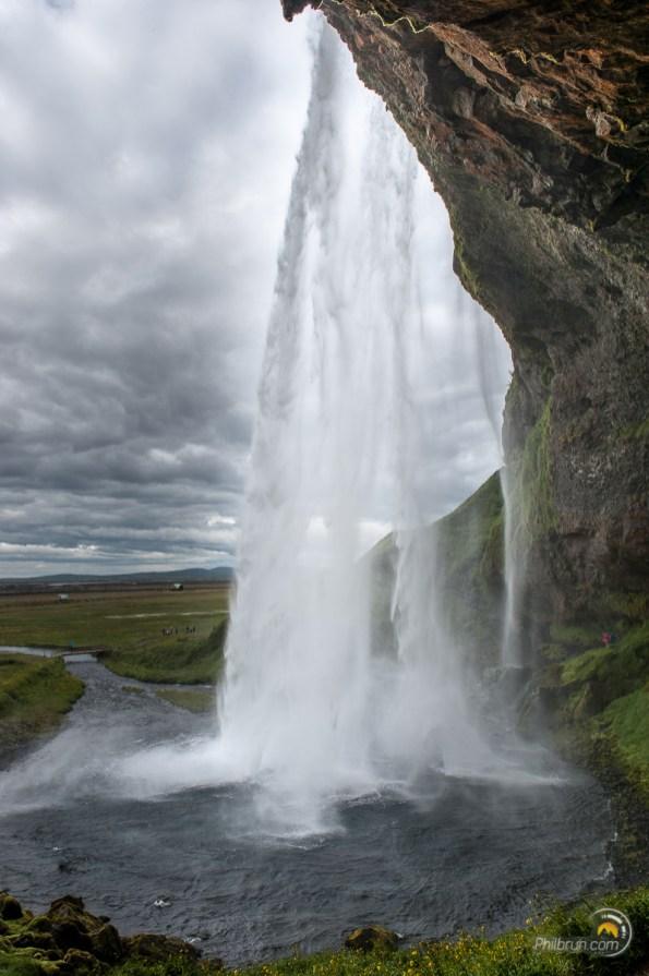 Skogafoss fall. Un chemin en fait le tour en passant sous la chute d'eau. Attention à s'équiper ;-)