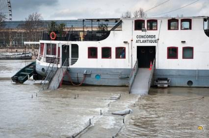 Même les pontons provisoires sont sous l'eau