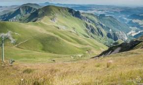 Descente depuis le sommet du Sancy. On aperçois le sentier qui passer derrière la crête qui n'est autre que le Puy de Cacadogne