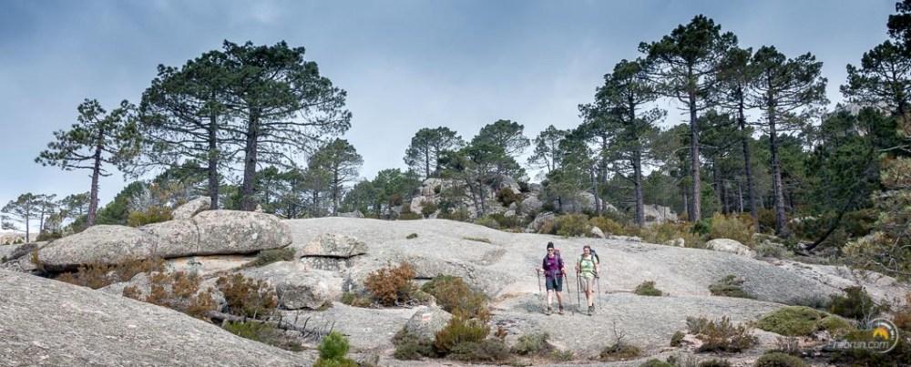 randonneuses sur des dalles de rocher du GR20