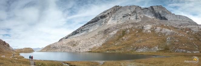 Nombreux sont les randonneurs à profiter de ce lieu magnifique. La Taillante trempe ses flancs dans le calme de ce joli lac de montagne.