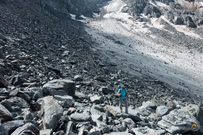 Le sentier longe le glacier sur la mauraine