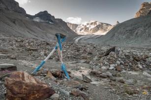 Vue sur la montée du glacier d'Arolla et sa balise