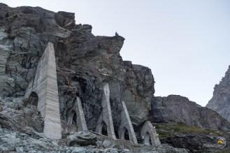 Les roches renforcées au pied du glacier d'Arolla