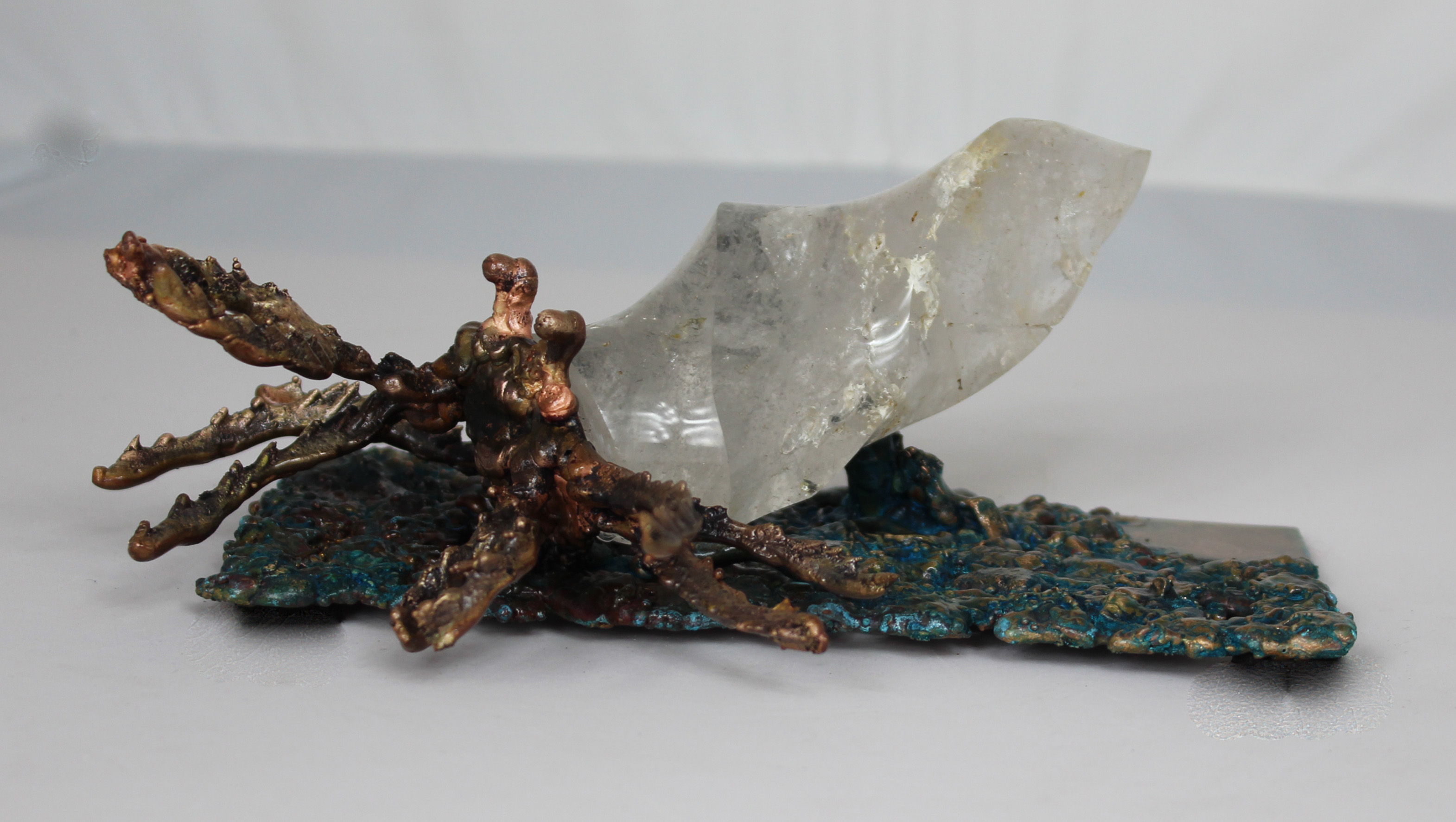 sculpture Bernard l'ermite en bronze patiné avec un corps en quartz blanc pièce unique
