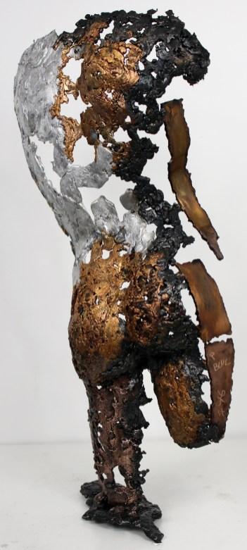 Sculpture représentant un personnage de dos en métal : dentelle de bronze, d'acier et aluminium Pavarti Seconde Vie Pièce unique