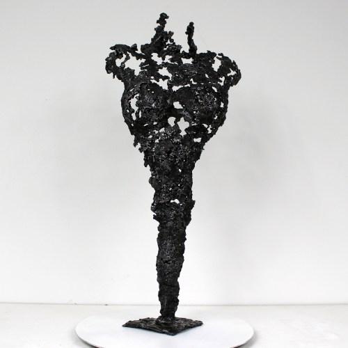 Sculpture représentant le corps d'une femme en dentelle d'acier  La dentelle d'acier est obtenue en faisant fondre le métal au goutte à goutte dans un moule en sable, ce qui garantit que chaque sculpture est unique. La sculpture est signée et vendue avec un certificat d'authenticité.  Pièce unique Hauteur 47 cm - Largeur 21 cm - Profondeur 10 cm