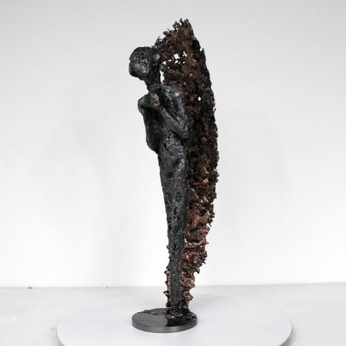 Sculpture métal représentant un personnage inspiré par la muse de Massenet en gouttes d'acier avec un voile en dentelle de bronze et d'acier.