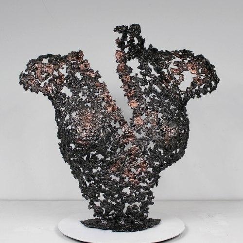 Sculpture représentant un buste féminin. Sculpture en dentelle de cuivre et d'acier.  Pour créer cette sculpture j'ai fait fondre au goutte à goutte le cuivre et l'acier dans un moule en sable dans lequel j'ai modelé la forme. La dentelle de métal permet de souligner les formes du corps de la femme, tout en jouant avec la lumière et la transparence. Pièce unique. Sculpture signée, et accompagnée de son certificat d'authenticité.