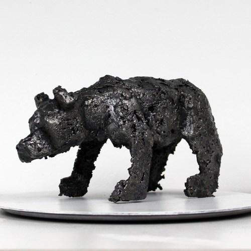 Sculpture représentant un ours. Sculpture en dentelle d'Acier. La dentelle de métal est obtenue en faisant fondre le métal au goutte à goutte dans un moule en sable, ce qui garantit que chaque sculpture est unique. La sculpture est signée et vendue avec un certificat d'authenticité.  Pièce unique Hauteur 12 cm - Largeur 20 cm - Profondeur 8 cm