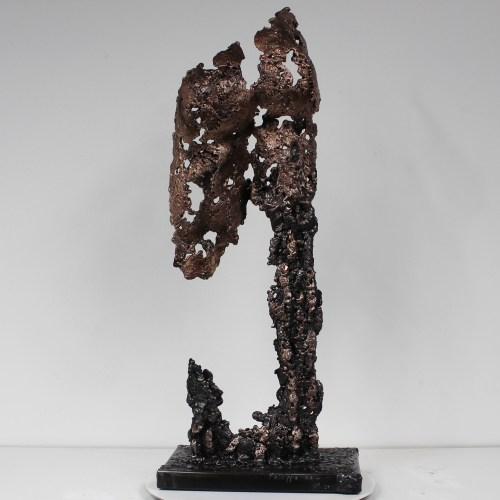 Sculpture représentant un fessier. Sculpture en dentelle de bronze et d'acier.  Pour créer cette sculpture j'ai fait fondre au goutte à goutte le bronze et l'acier dans un moule en sable dans lequel j'ai modelé la forme. La dentelle de métal permet de souligner les formes du corps, tout en jouant avec la lumière et la transparence. Cette sculpture est entièrement vernie pour conserver le même aspect. Socle en gouttes d'acier (13,5 x 21 cm) Pièce unique.