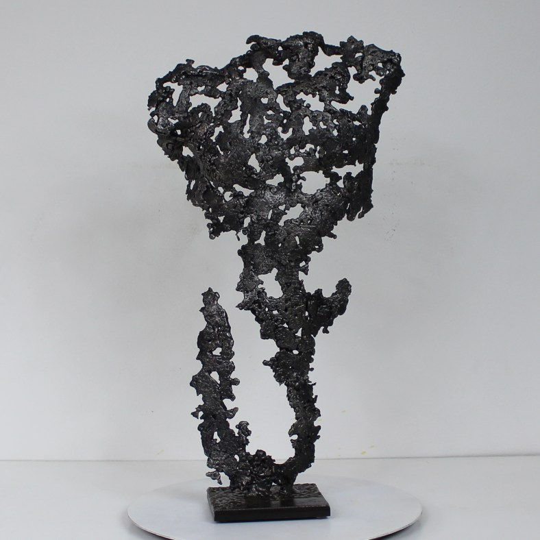 Sculpture représentant le torse d'un homme en métal : dentelle acier