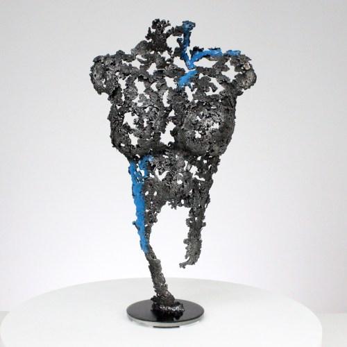 Sculpture corps feminin metal acier et filet de pigment bleu fluorescent - H 38 cm Female body sculpture in steel metal and fluorescent blue pigment net - H 38 cm